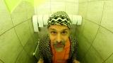 Vidlák na záchodě v černé zmijovce