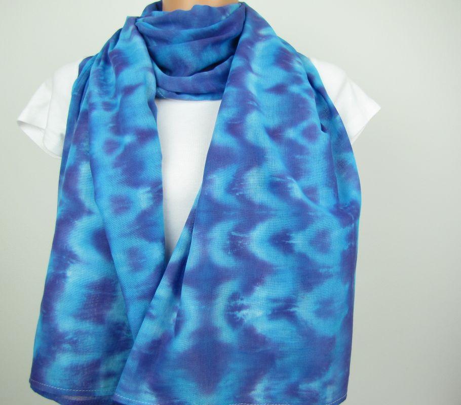 Modrá batikovaná šála bavlna