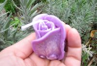 SVÍČKA květ růže FIALOVÁ vůně LEVANDULE 4x6cm