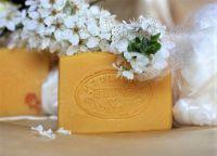 MERUŇKA A HEDVÁBÍ luxusní mýdlo pro hebkou pleť, 50g