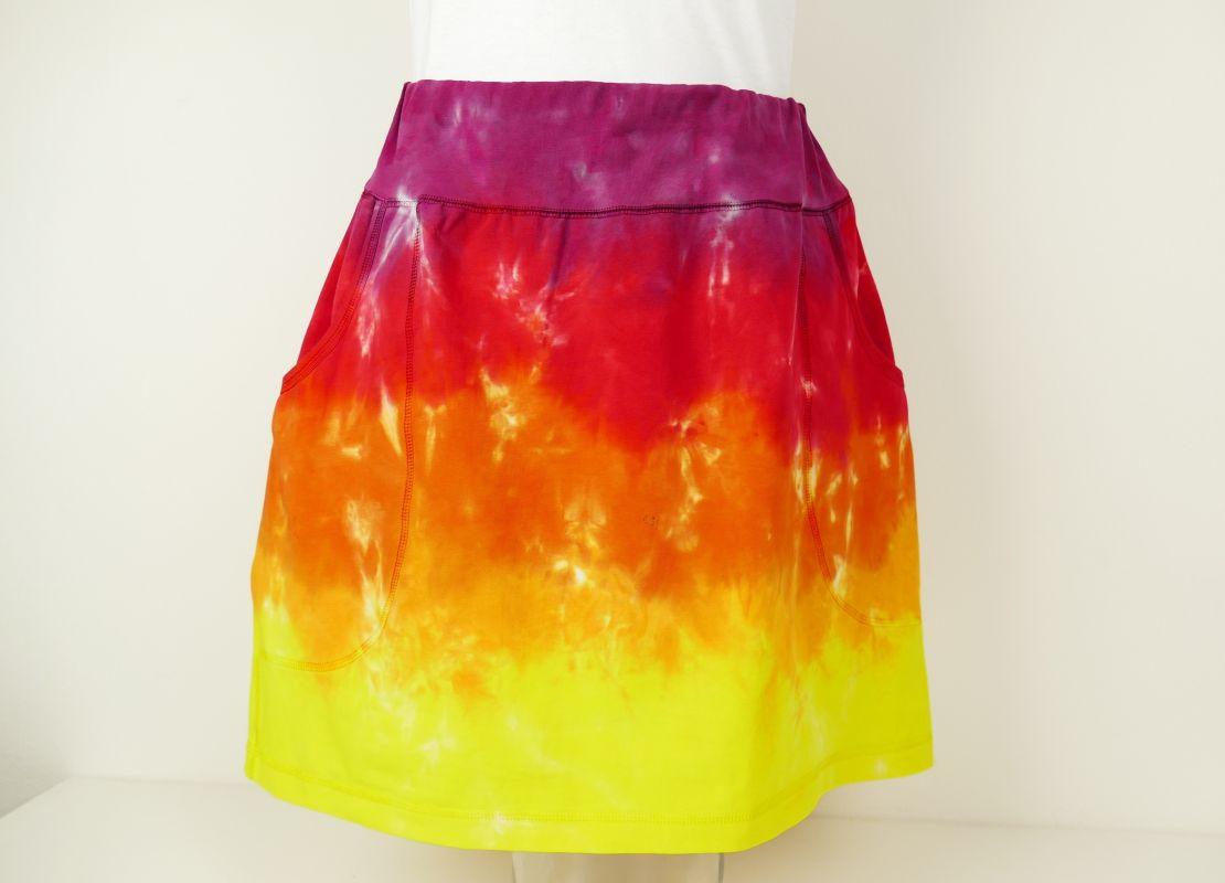 Sportovní suknička s kapsami batika Ohnivá