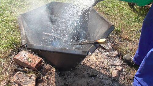 Pyramidové ohniště - zalití biouhlu