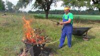 Pyramidové ohniště - zuhelňování zahradního odpadu
